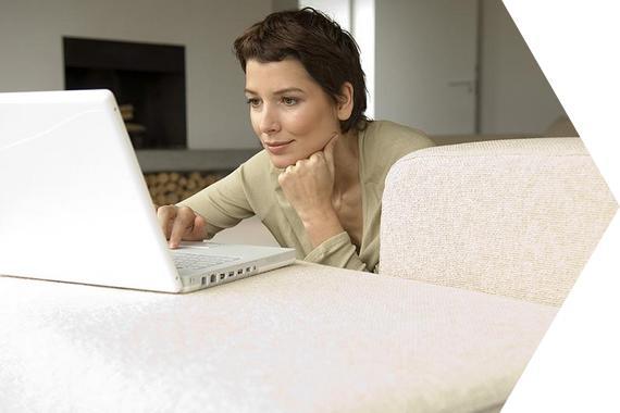 eine Frau schaut auf einen Laptop