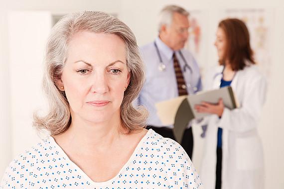 traurige Frau im Krankenhaus